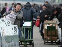 Трудовые мигранты перевели в Кыргызстан на треть больше денег