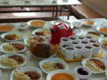 Школьников начальных классов обеспечат горячим питанием