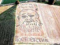 Итальянец нарисовал портрет Достоевского трактором в поле