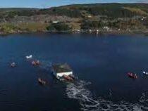 Семейная пара из Канады переправила столетний дом на лодках через залив