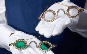 Sotheby's выставил на продажу две пары очков XVII века с линзами из алмазов и изумрудов
