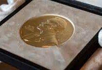 Нобелевскую премию по экономике присудили в этом году  за исследования трудовых отношений