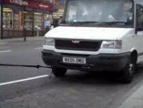 Англичанка дотащила фургон до заправки своими волосами