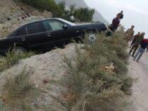 В Таш-Кумыре машина чудом не сорвалась с обрыва