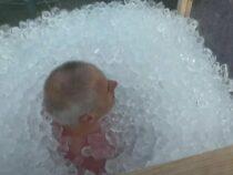 Мужчина просидел три часа в ящике со льдом ради рекорда