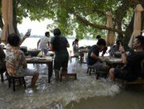 Житель Таиланда не прогадал, решив не закрывать подтопленный ресторан